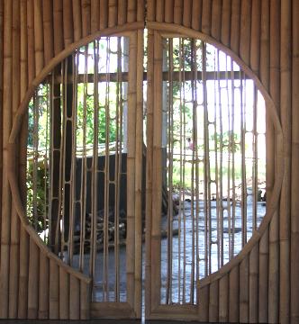 Doppeltür aus Bambus mit Fenster